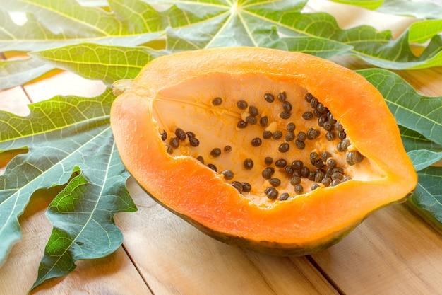 Reife papaya auf hölzerner tabelle, nutzen für die gesundheit der reifen papaya.
