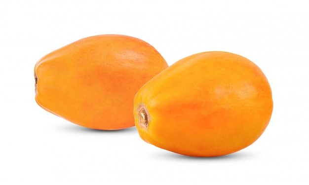 Reife papaya auf weißer wand.
