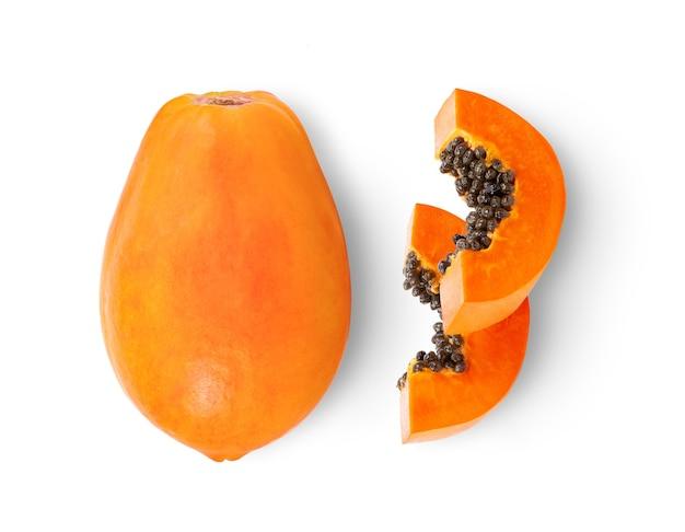 Reife papaya-frucht mit samen lokalisiert auf weißem hintergrund
