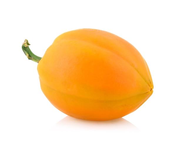 Reife papaya isoliert auf weiß