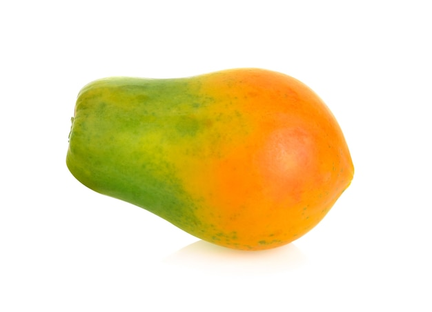 Reife papaya lokalisiert auf weißer wand