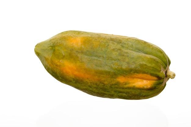 Reife papayafrucht lokalisiert auf weißem hintergrund