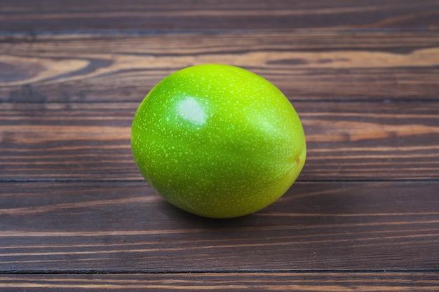 Reife passionsfruchtfrucht, liegen auf einem hintergrund von holzbrettern