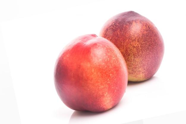 Reife pfirsich frucht isoliert auf weißem hintergrund ausschnitt