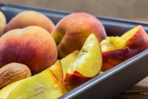 Reife pfirsiche in metallschale. nahansicht. ansicht von oben