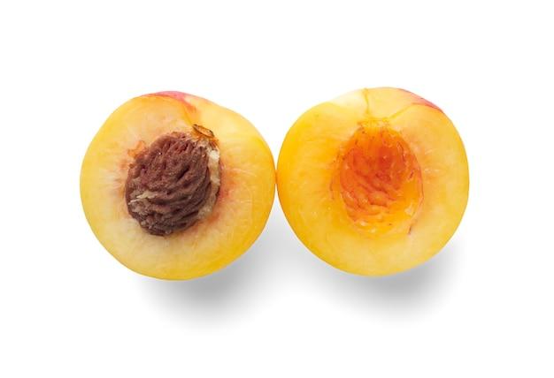 Reife pfirsiche isoliert auf weißem hintergrund