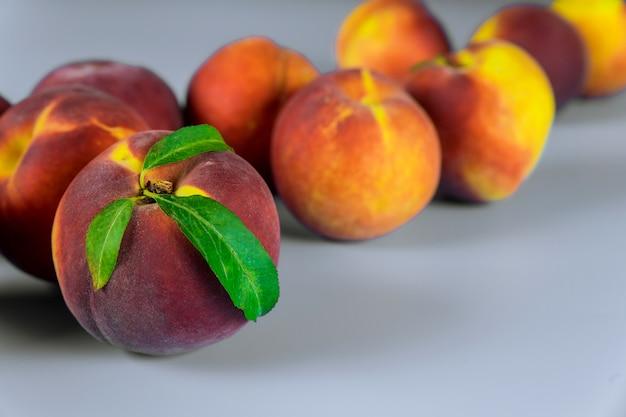 Reife pfirsiche mit blättern