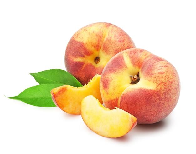 Reife pfirsichfrucht mit blättern und scheiben auf weißem hintergrund