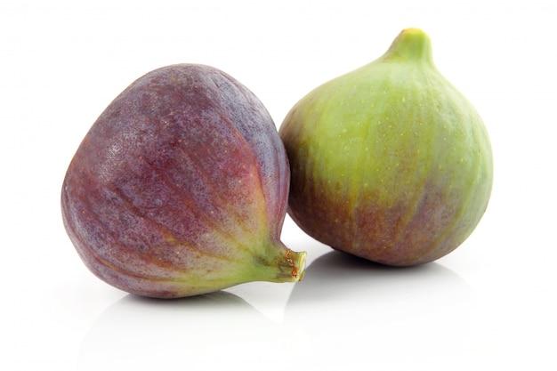 Reife purpurrote und grüne feigenfrucht lokalisiert