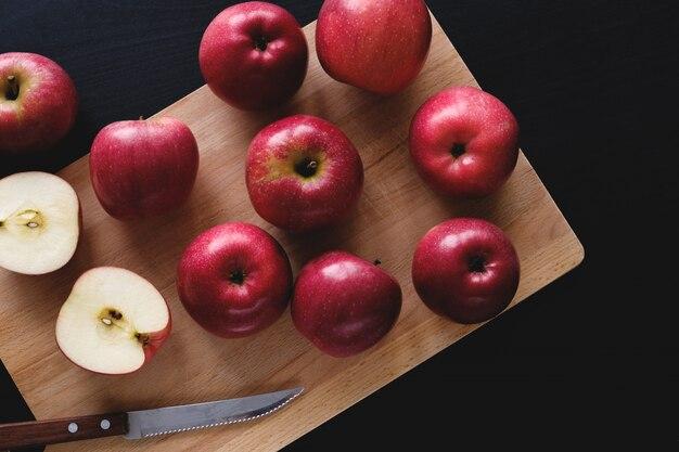 Reife rote äpfel auf einem hölzernen brett. richtige ernährung, gesunde ernährung. vegetarismus.