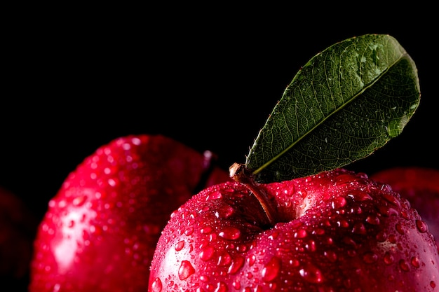 Reife rote äpfel auf holzuntergrund
