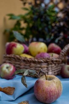 Reife rote äpfel auf rustikalem holztisch