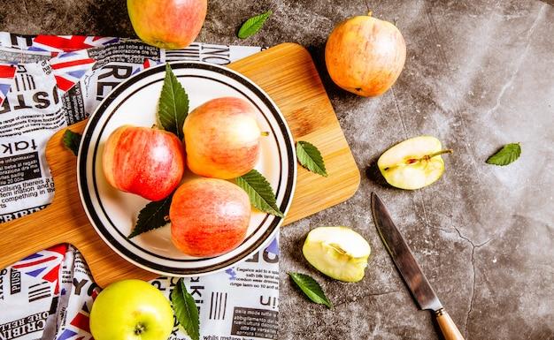 Reife rote äpfel in der holzkiste.