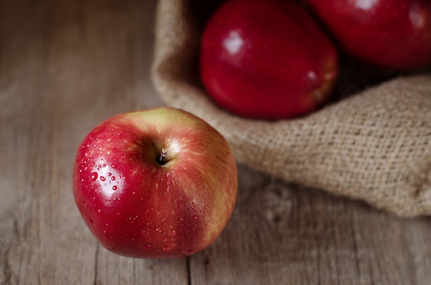 Reife rote äpfel