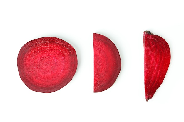 Reife rote bete isoliert auf weißem hintergrund