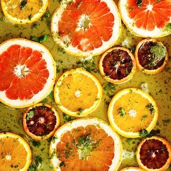 Reife rote orangen und grapefruits von ringen geschnitten