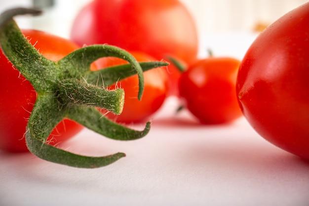 Reife rote tomaten auf weißem hintergrund