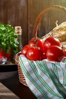 Reife rote tomaten in einem korb auf dem tisch