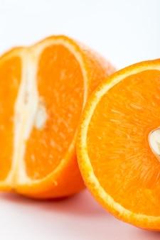 Reife saftige orange der frischen frucht lokalisiert auf weiß