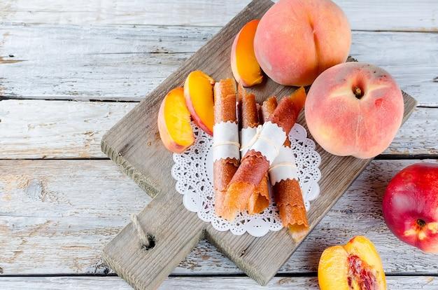 Reife saftige pfirsich- und pfirsichbonbonpastille