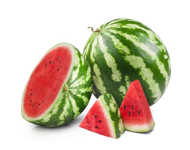 Reife saftige wassermelone und geschnittene wassermelonenscheiben isoliert