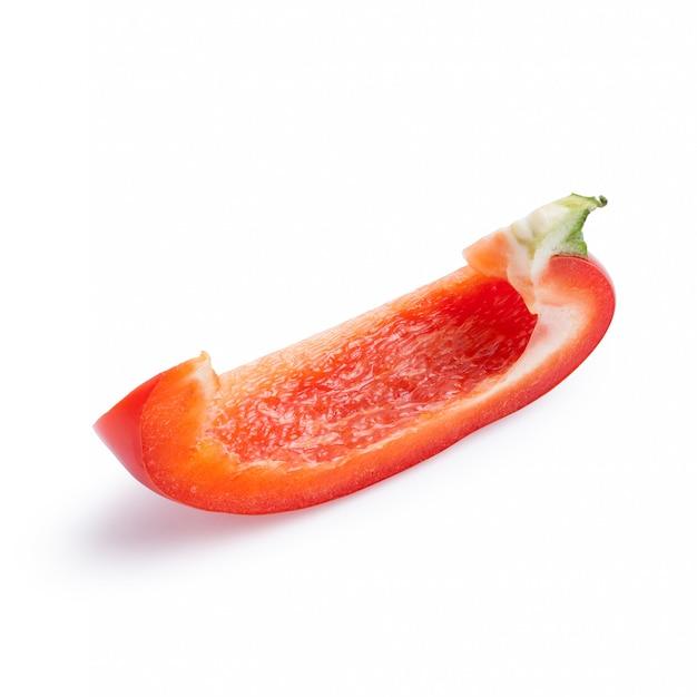 Reife scheibe des roten pfeffers gesund lokalisiert auf weiß mit schnittpfad