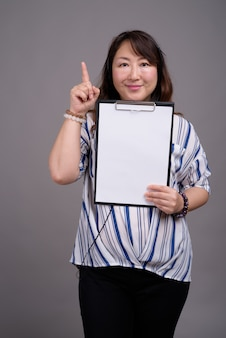 Reife schöne asiatische geschäftsfrau