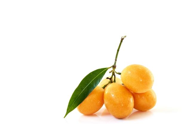 Reife süße gelbe marienpflaume mit blättern lokalisiert, vorderansicht