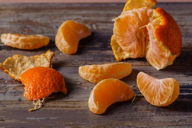 Reife tangerinenfrucht auf blauem hölzernem hintergrund.