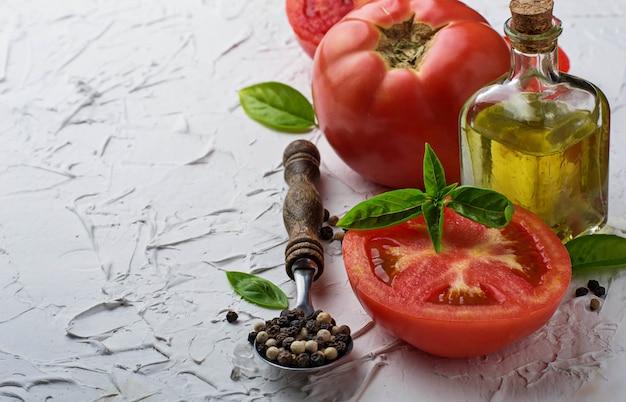 Reife tomaten, basilikum und olivenöl. selektiver fokus