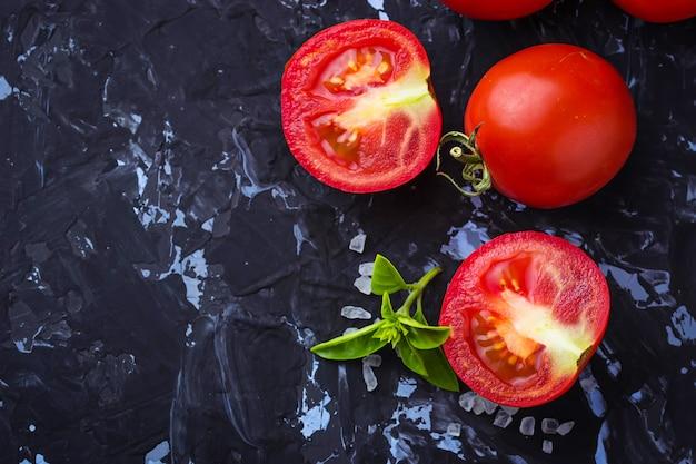 Reife tomaten, basilikum und olivenöl