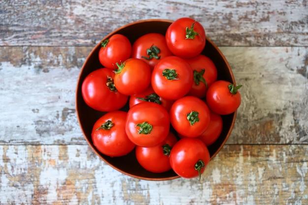 Reife tomaten in einer schüssel tomaten ernten