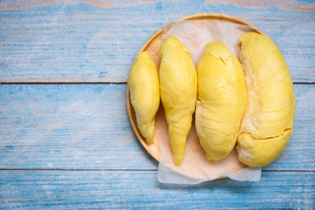 Reife tropische durianfrucht auf einem holzteller