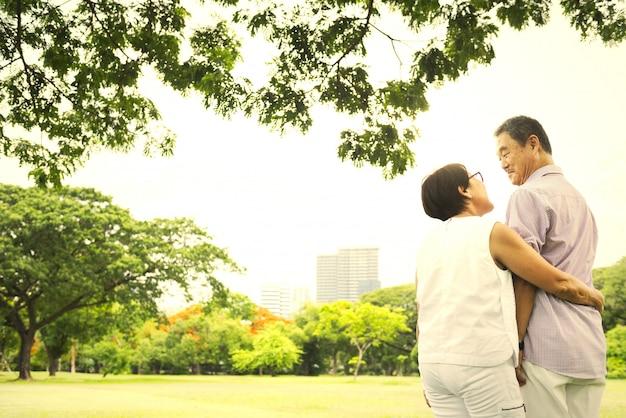 Reife und glückliche japanische paare