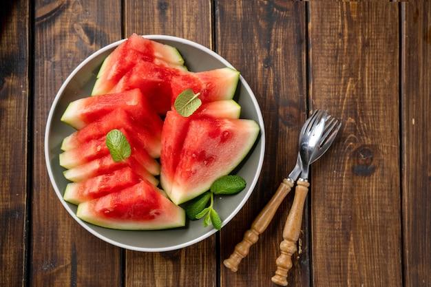 Reife und saftige kernlose geschnittene wassermelone auf einem teller
