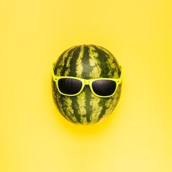 Reife wassermelone mit dunkler sonnenbrille