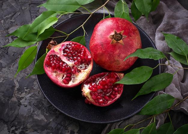 Reife zerlegte granatäpfel. selektiver fokus