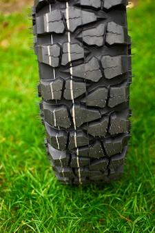 Reifen am grünen gras