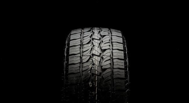 Reifen für suvs und frequenzweichen mit leistungsstarken checkern und greifern in nahaufnahme auf schwarzem hintergrund.
