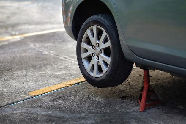 Reifenersatzkonzept. garage 'werkzeuge und ausrüstung. autowartung und service