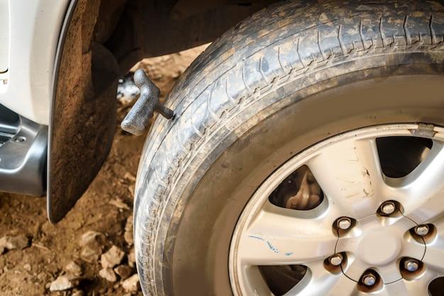 Reifenpanne an der garage reparieren