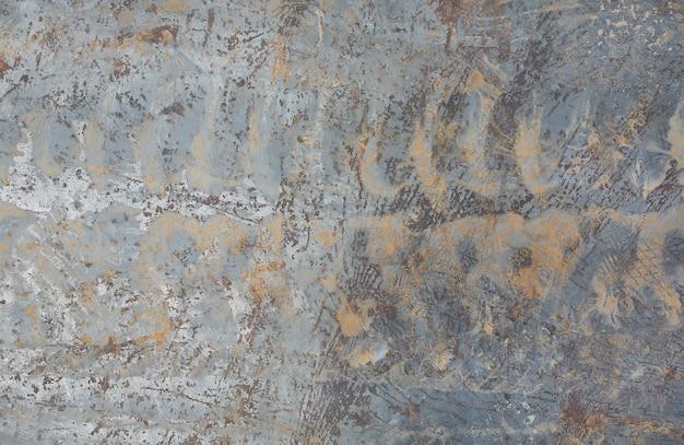 Reifenprofilspuren auf der metalloberfläche