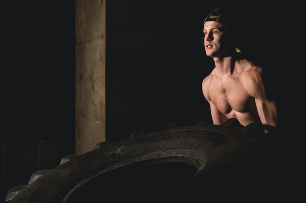 Reifentraining im fitnessstudio