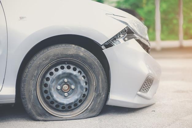 Reifenverschlechterung ist die ursache des unfalls.