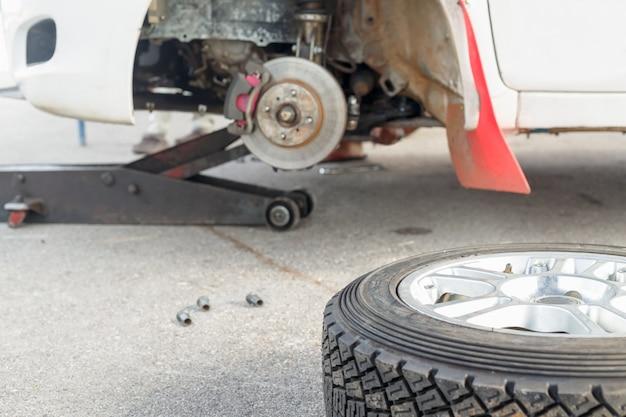 Reifenwechsel an einem rallyeauto im wartungsbereich