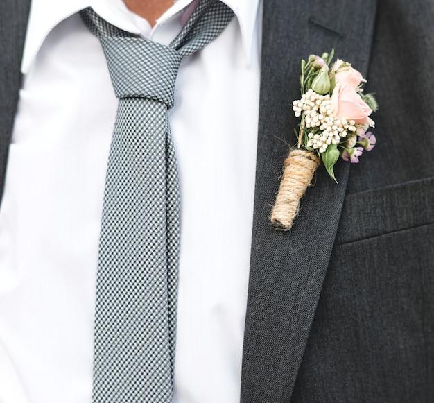 Reifer bräutigam, der am strand verheiratet erhält