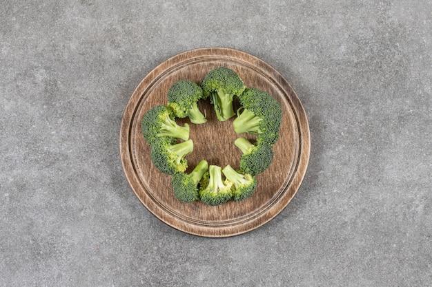 Reifer brokkoli in einem brett auf dem marmortisch.