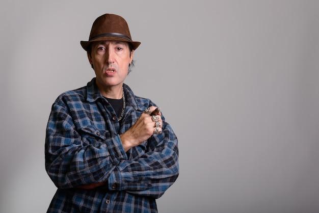 Reifer gangstermann, der zigarre hält