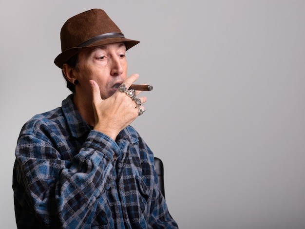 Reifer gangstermann, der zigarre raucht