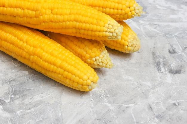 Reifer gekochter mais auf grauem betontisch, draufsicht